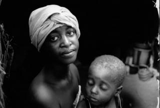 Rakia, 20, and her daughter, Nafissa, 3, Niger, 2005. Photo © Nick Danziger